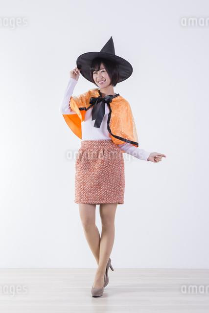 ハロウィンのコスチュームを着た女性の写真素材 [FYI04260395]