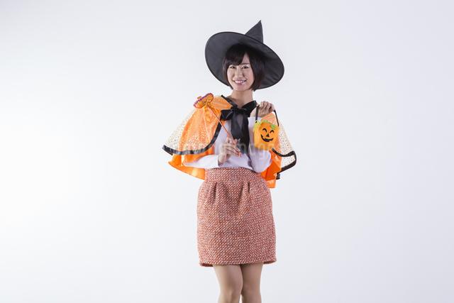ハロウィンのコスチュームを着た女性の写真素材 [FYI04260399]