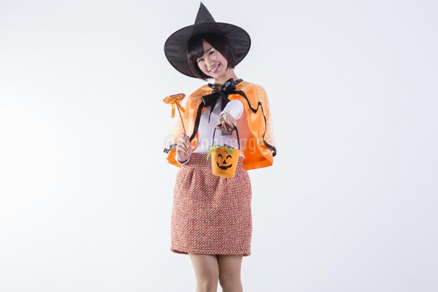 ハロウィンのコスチュームを着た女性の写真素材 [FYI04260400]
