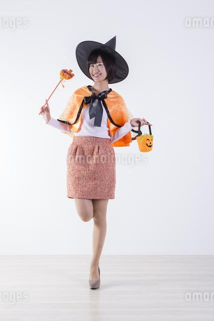 ハロウィンのコスチュームを着た女性の写真素材 [FYI04260401]
