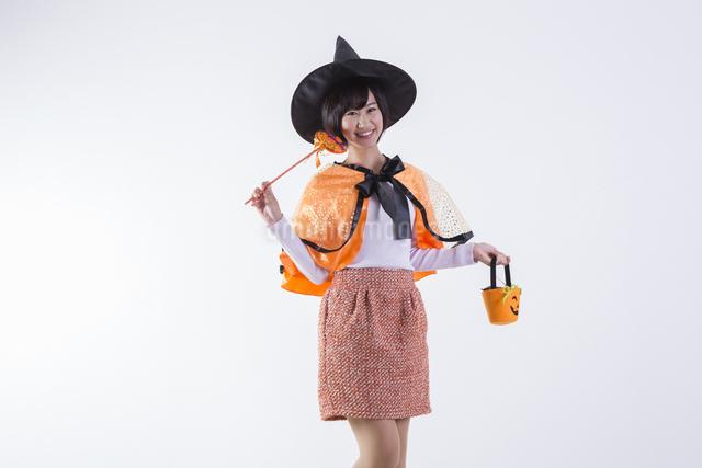 ハロウィンのコスチュームを着た女性の写真素材 [FYI04260403]