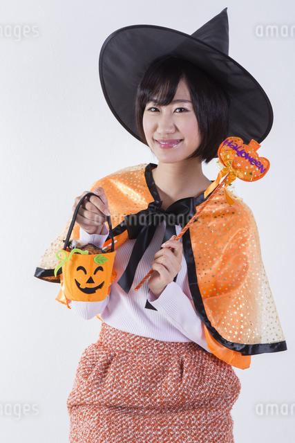 ハロウィンのコスチュームを着た女性の写真素材 [FYI04260405]