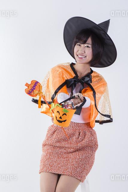 ハロウィンのコスチュームを着た女性の写真素材 [FYI04260406]