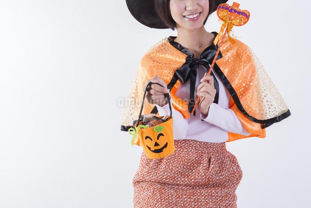 ハロウィンのコスチュームを着た女性の写真素材 [FYI04260407]