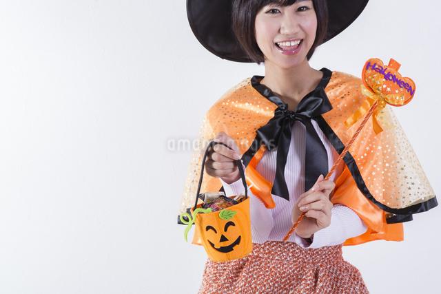 ハロウィンのコスチュームを着た女性の写真素材 [FYI04260408]