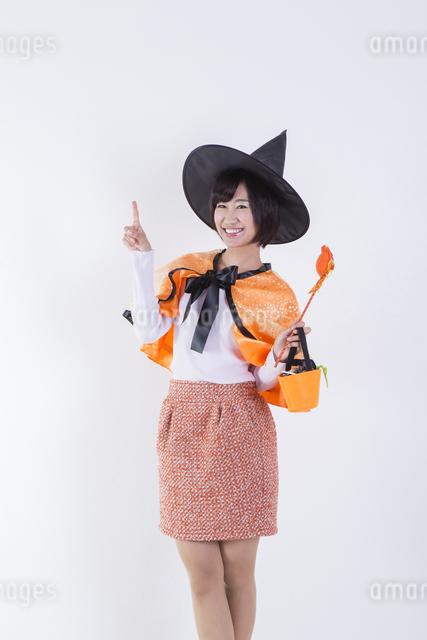 ハロウィンのコスチュームを着た女性の写真素材 [FYI04260409]