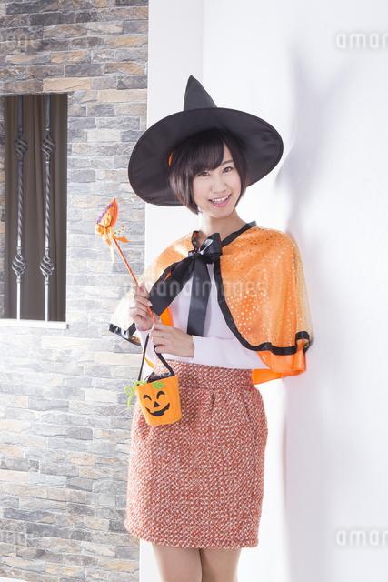 ハロウィンのコスチュームを着た女性の写真素材 [FYI04260410]