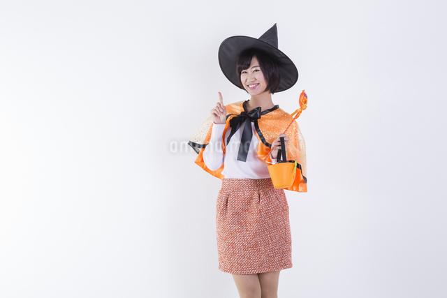 ハロウィンのコスチュームを着た女性の写真素材 [FYI04260411]