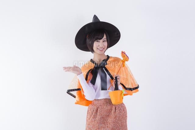 ハロウィンのコスチュームを着た女性の写真素材 [FYI04260412]