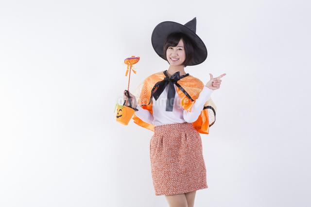 ハロウィンのコスチュームを着た女性の写真素材 [FYI04260416]