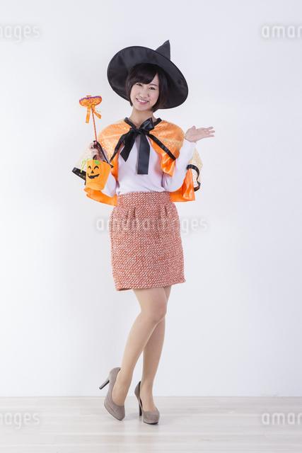 ハロウィンのコスチュームを着た女性の写真素材 [FYI04260417]