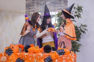 ハロウィンパーティーをする女性たちの写真素材 [FYI04260427]
