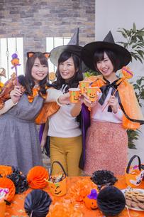 ハロウィンパーティーをする女性たちの写真素材 [FYI04260432]