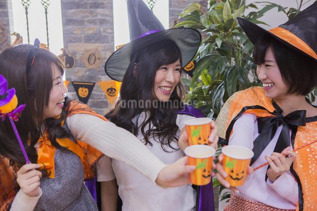 ハロウィンパーティーをする女性たちの写真素材 [FYI04260437]