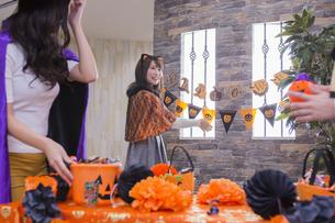 ハロウィンパーティーをする女性たちの写真素材 [FYI04260441]