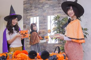 ハロウィンパーティーをする女性たちの写真素材 [FYI04260444]