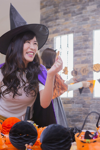 ハロウィンパーティーをする女性たちの写真素材 [FYI04260449]