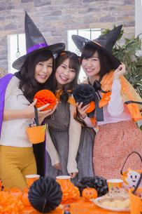 ハロウィンパーティーをする女性たちの写真素材 [FYI04260454]