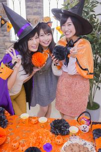 ハロウィンパーティーをする女性たちの写真素材 [FYI04260455]