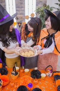 ハロウィンパーティーをする女性たちの写真素材 [FYI04260457]