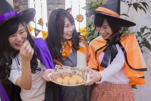 ハロウィンパーティーをする女性たちの写真素材 [FYI04260459]