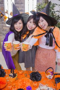 ハロウィンパーティーをする女性たちの写真素材 [FYI04260460]