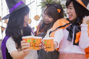 ハロウィンパーティーをする女性たちの写真素材 [FYI04260462]