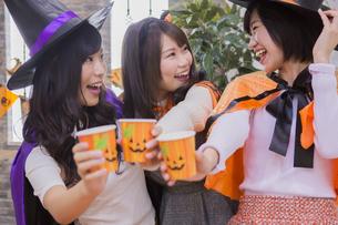 ハロウィンパーティーをする女性たちの写真素材 [FYI04260463]