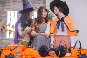 ハロウィンパーティーをする女性たちの写真素材 [FYI04260466]