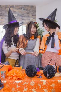 ハロウィンパーティーをする女性たちの写真素材 [FYI04260469]