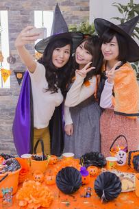 ハロウィンパーティーをする女性たちの写真素材 [FYI04260470]