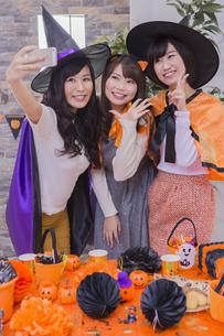 ハロウィンパーティーをする女性たちの写真素材 [FYI04260471]