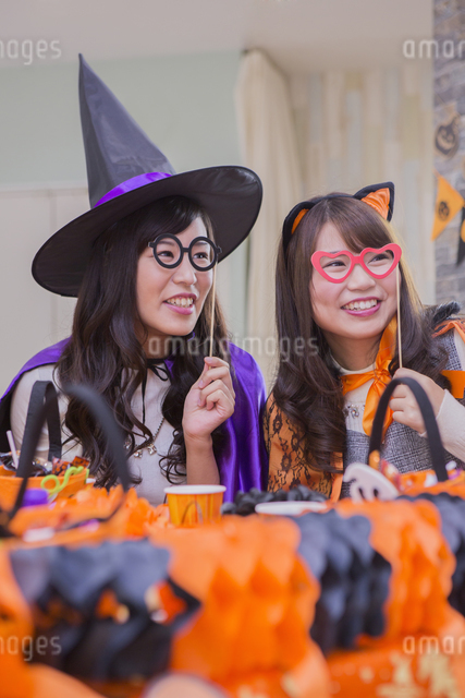 ハロウィンパーティーをする女性たちの写真素材 [FYI04260478]