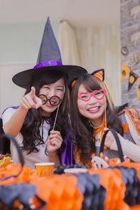 ハロウィンパーティーをする女性たちの写真素材 [FYI04260481]