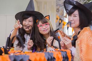 ハロウィンパーティーをする女性たちの写真素材 [FYI04260482]