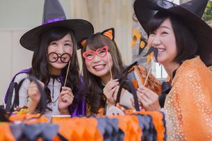 ハロウィンパーティーをする女性たちの写真素材 [FYI04260483]