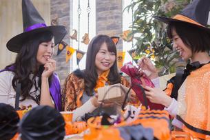 ハロウィンパーティーをする女性たちの写真素材 [FYI04260496]