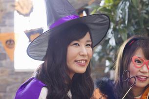 ハロウィンパーティーをする女性たちの写真素材 [FYI04260497]