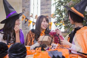 ハロウィンパーティーをする女性たちの写真素材 [FYI04260501]