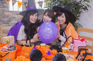 ハロウィンパーティーをする女性たちの写真素材 [FYI04260503]