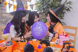 ハロウィンパーティーをする女性たちの写真素材 [FYI04260504]