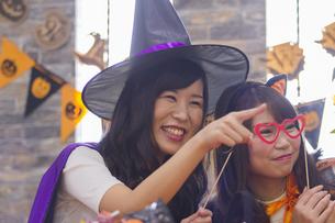 ハロウィンパーティーをする女性たちの写真素材 [FYI04260506]
