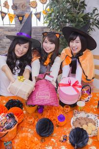 ハロウィンパーティーをする女性たちの写真素材 [FYI04260509]