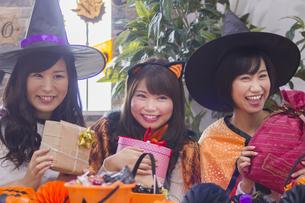 ハロウィンパーティーをする女性たちの写真素材 [FYI04260510]