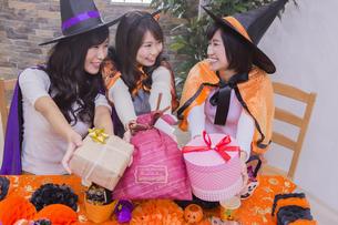 ハロウィンパーティーをする女性たちの写真素材 [FYI04260511]