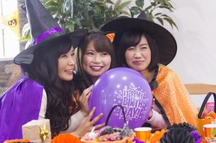 ハロウィンパーティーをする女性たちの写真素材 [FYI04260524]