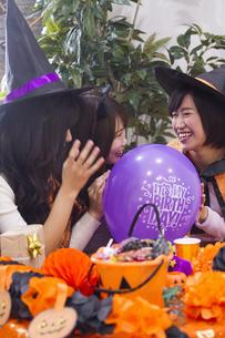 ハロウィンパーティーをする女性たちの写真素材 [FYI04260526]