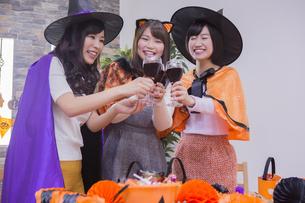 ハロウィンパーティーをする女性たちの写真素材 [FYI04260532]