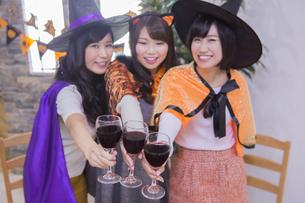 ハロウィンパーティーをする女性たちの写真素材 [FYI04260536]