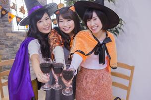 ハロウィンパーティーをする女性たちの写真素材 [FYI04260538]